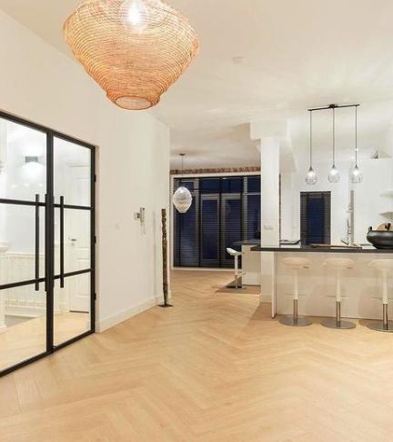 stalen deuren in grote keuken